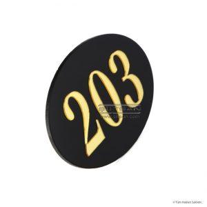 siyah pleksi zeminli parlak altın rakamlı oda kapı numarası